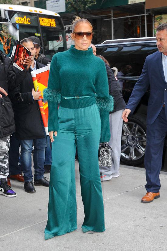 Деннифер Лопес в зеленом монохромном образе в Нью-Йорке