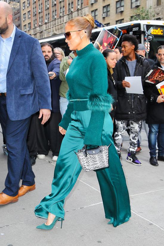 Деннифер Лопес в зеленых брюках и свитере
