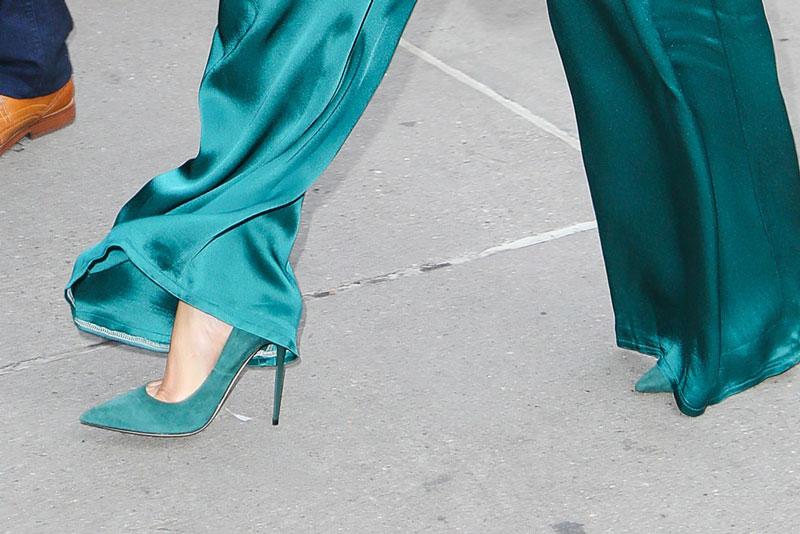 Деннифер Лопес в зеленых сатиновых брюках и замшевых туфлях