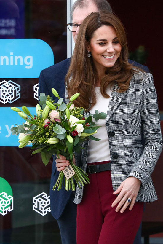 Кейт Миддлтон в стильном жакете и бордовых брюках с черным ремнем