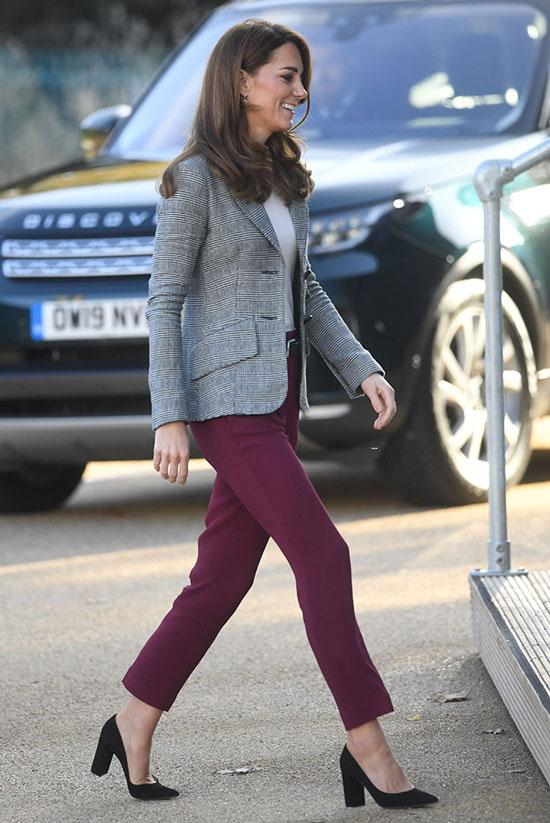 Кейт Миддлтон в бордовых брюках, черных туфлях и жакете в клетку