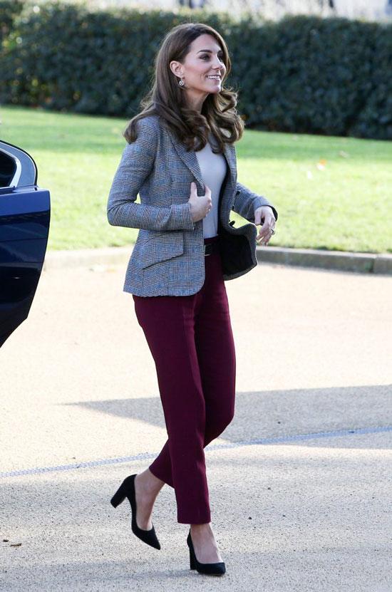 Кейт Миддлтон в бордовых брюках и жакете в клетку