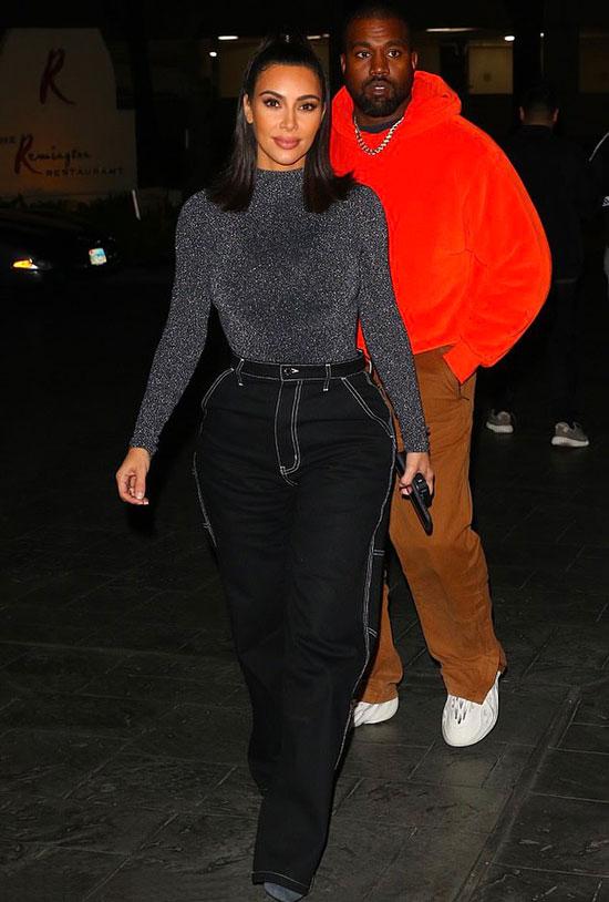 Ким Кардашьян в черных джинсах и серой водолазке