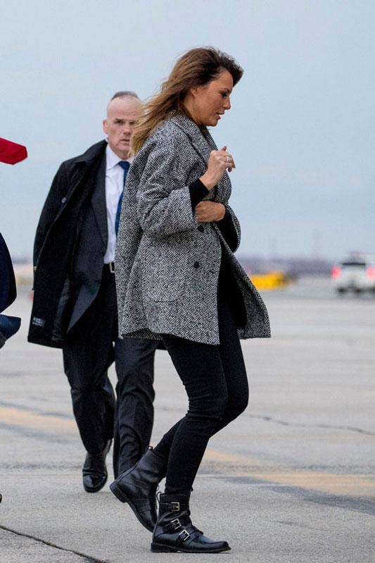 Мелания Трамп в двубортном пальто, джинсах и ботинках