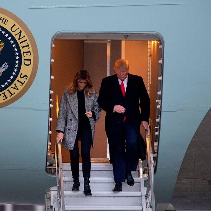 Мелания Трамп в двубортном пальто, джинсах скинни и армейских ботинках