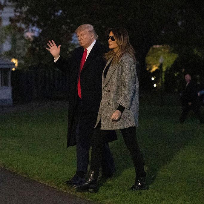 Мелания Трамп в двубортном пальто и джинсах скинни
