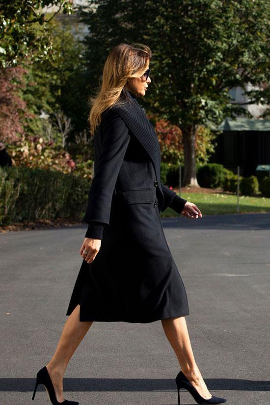 Мелания Трамп в черном пальто с ребристым воротником