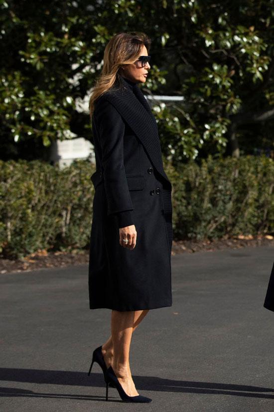 Мелания Трамп в черном пальто с широким ребристым воротником
