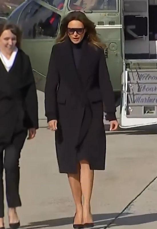 Мелания Трамп в черном пальто с укороченным рукавом и черных лодочках