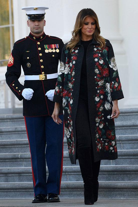 Мелания Трамп в черных брюках и цветочном пальто от дольче и габбана