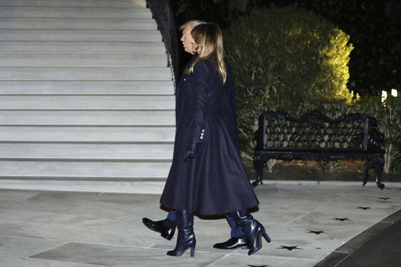 Мелания Трамп в темно синем платье в стиле милитари и сапогах на каблуках