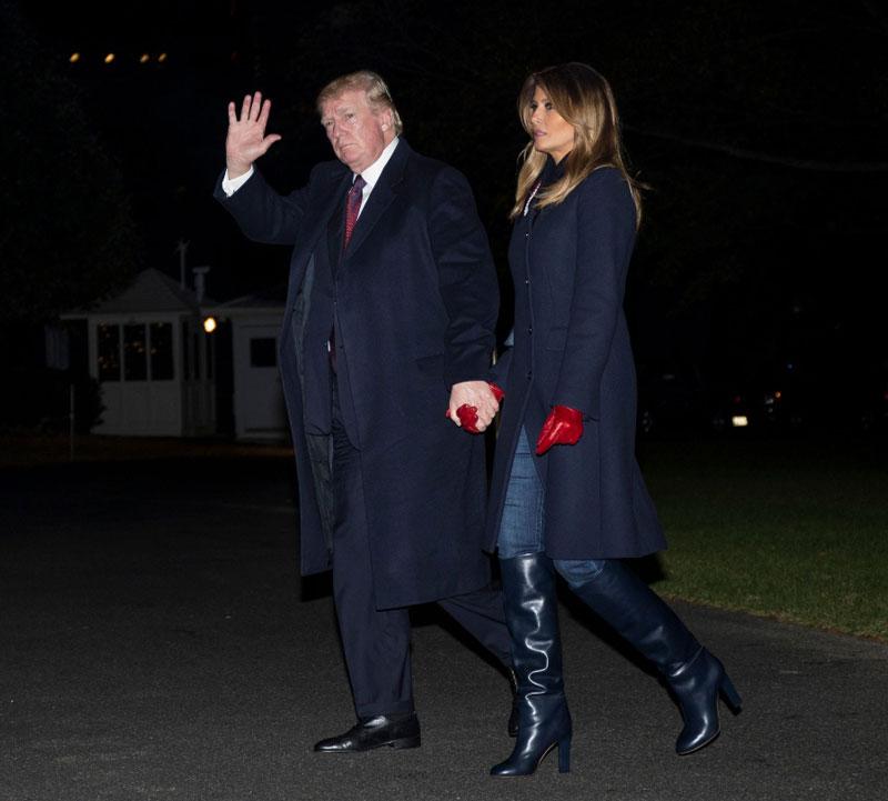 Мелания Трамп в темно синем пальто и красных перчатках