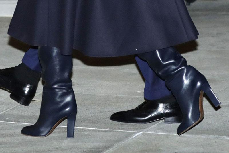 мелания трамп в кожаных синих сапогах на каблуках и с закруленным носком
