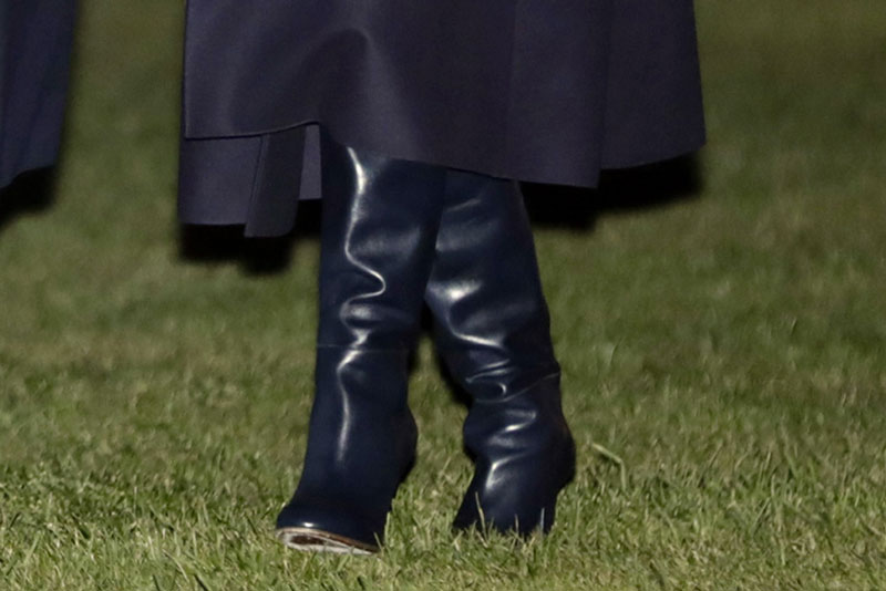 мелания трамп в кожаных синих сапогах на каблуках