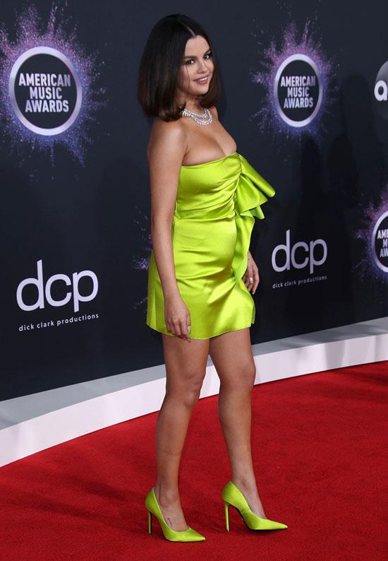 Селена Гомес в неоновом мини платье