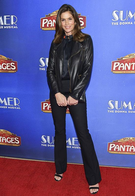 Синди Кроуфорд в черных брюках клеш, блузке и кожаной куртке