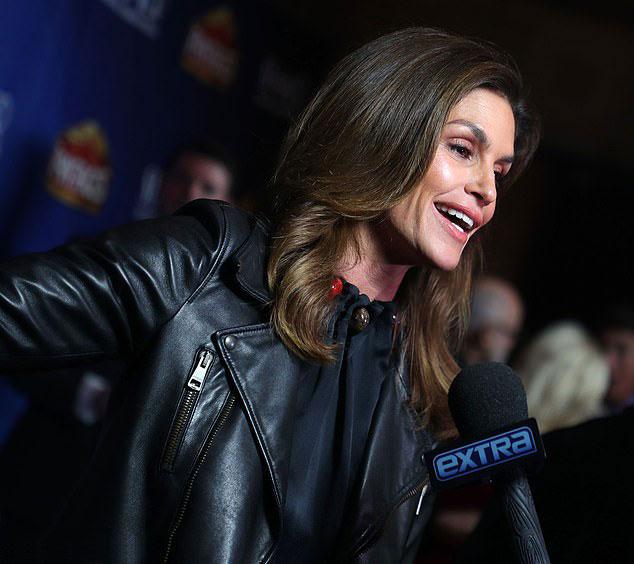 Синди Кроуфорд в шелковой блузке и кожаной куртке