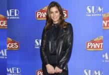 Синди Кроуфорд привлекает внимание стильной кожаной курткой и брюками-клёш