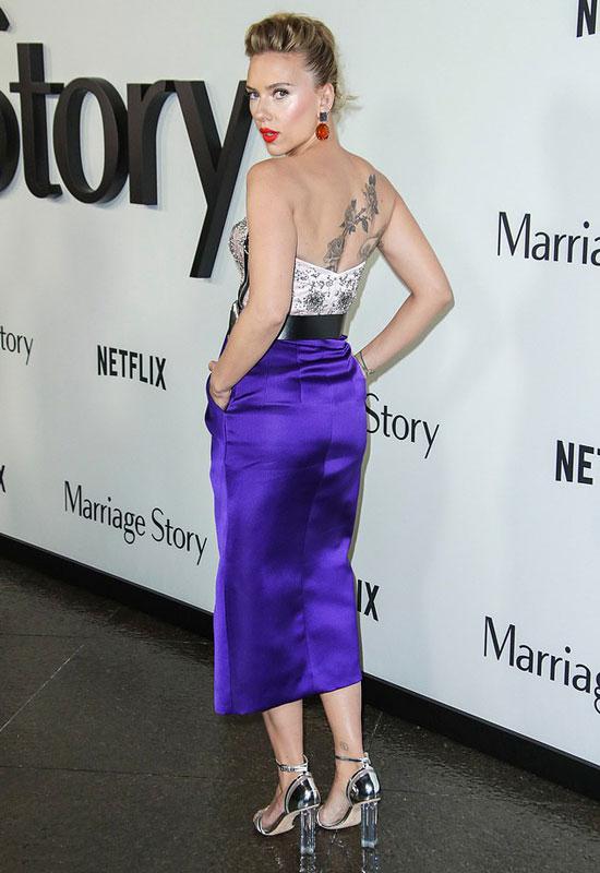 Скарлетт Йоханссон в бело-фиолетовом платье и серебристых босоножках на толстом каблуке