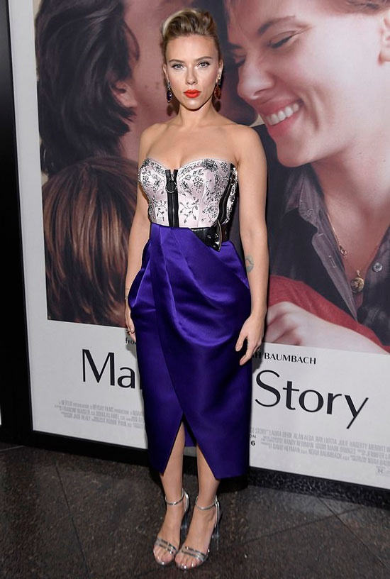 Скарлетт Йоханссон в фиолетовом платье
