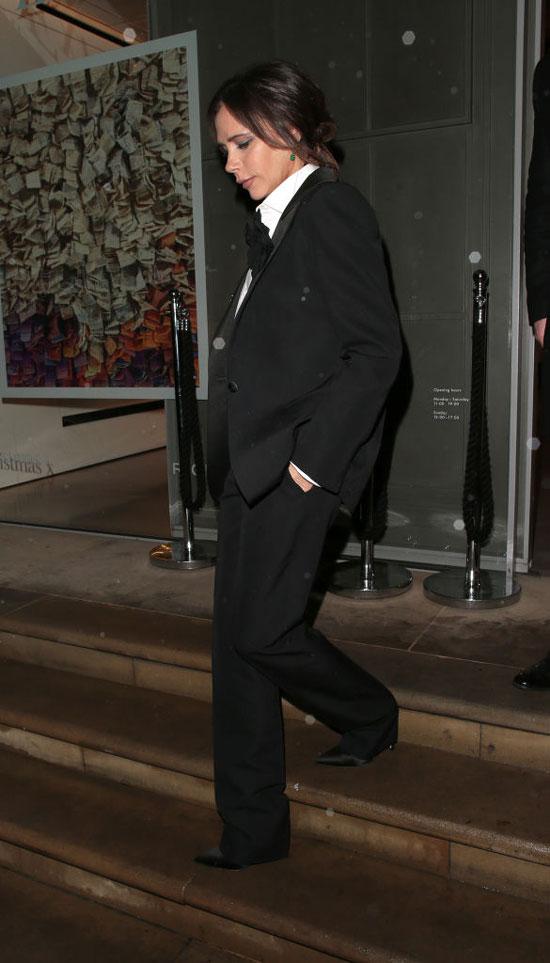 Виктория Бекхэм в черном смокине и белой блузе