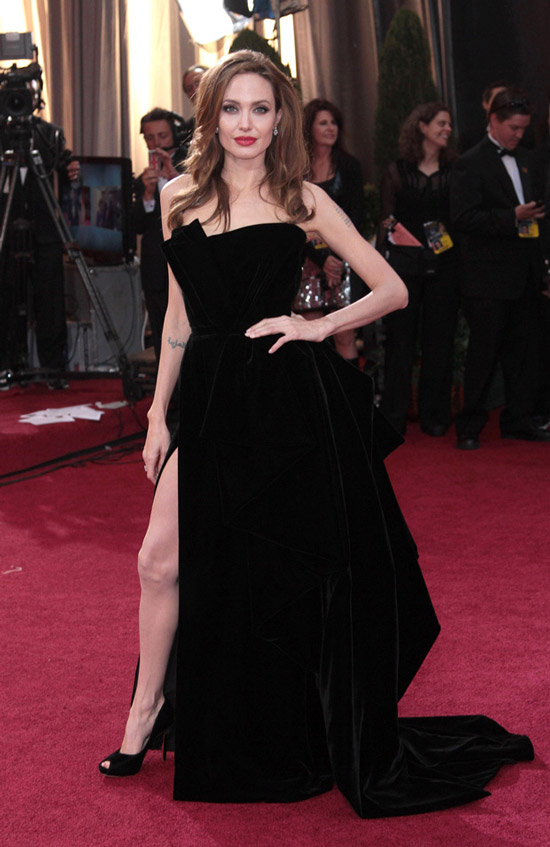 Анджелина Джоли в черном вечернем платье с подолом и глубоким разрезом до бедра