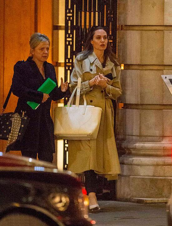 Анделина Джоли в классическом бежевом плаще