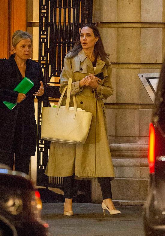 Анделина Джоли в классическом бежевом плаще и зауженных брюках