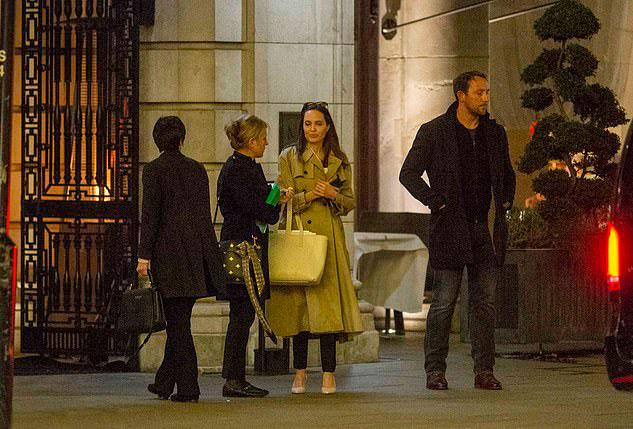 Анделина Джоли в классическом бежевом плаще на улицах Лондона