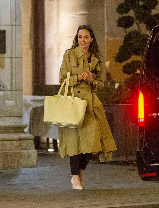 Анделина Джоли в классическом бежевом плаще и кремовых лодочках