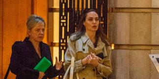Анджелина Джоли в классическом плаще, лодочках и брюках выглядит непринужденно шикарно