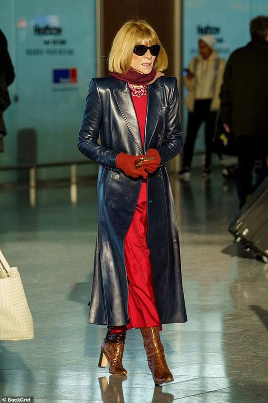 Анна Винтур в кожаном плаще и красном платье