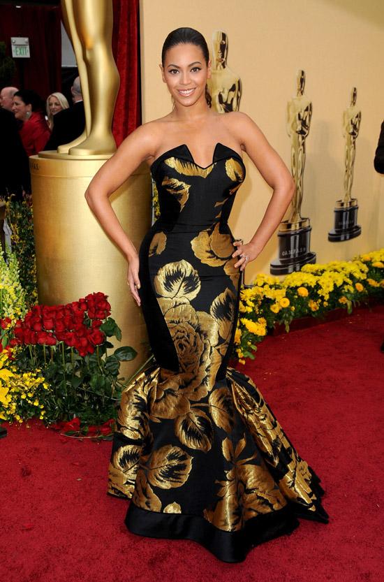 Бейонсе в черном облегающем платье с золотыми узорами