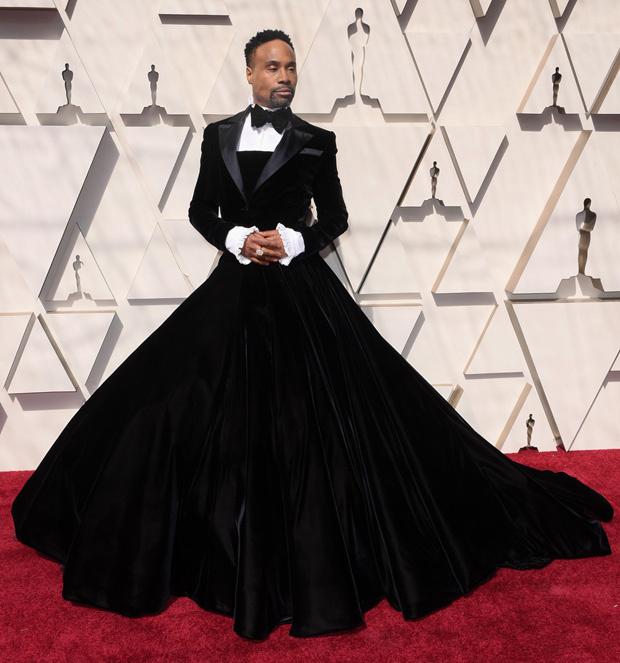 Билли Портер в черном бальном платье-смокинг