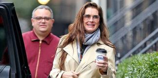54-летняя Брук Шилдс в плаще и укороченных джинсах выглядит очень молодо