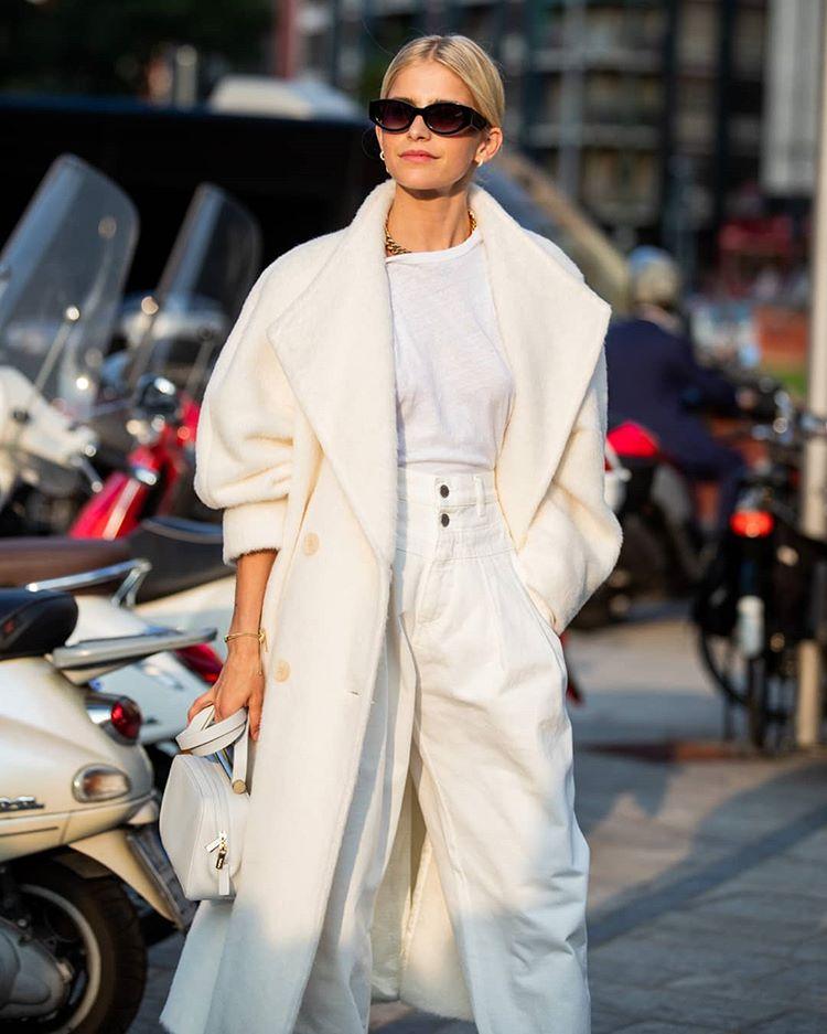 Девушка в белой футболке, брюки и длинное пальто