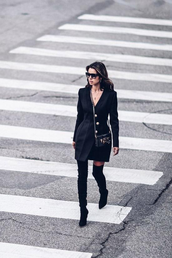 Девушка в черном мини платье с длинными рукавами и черные замшевые ботфорты