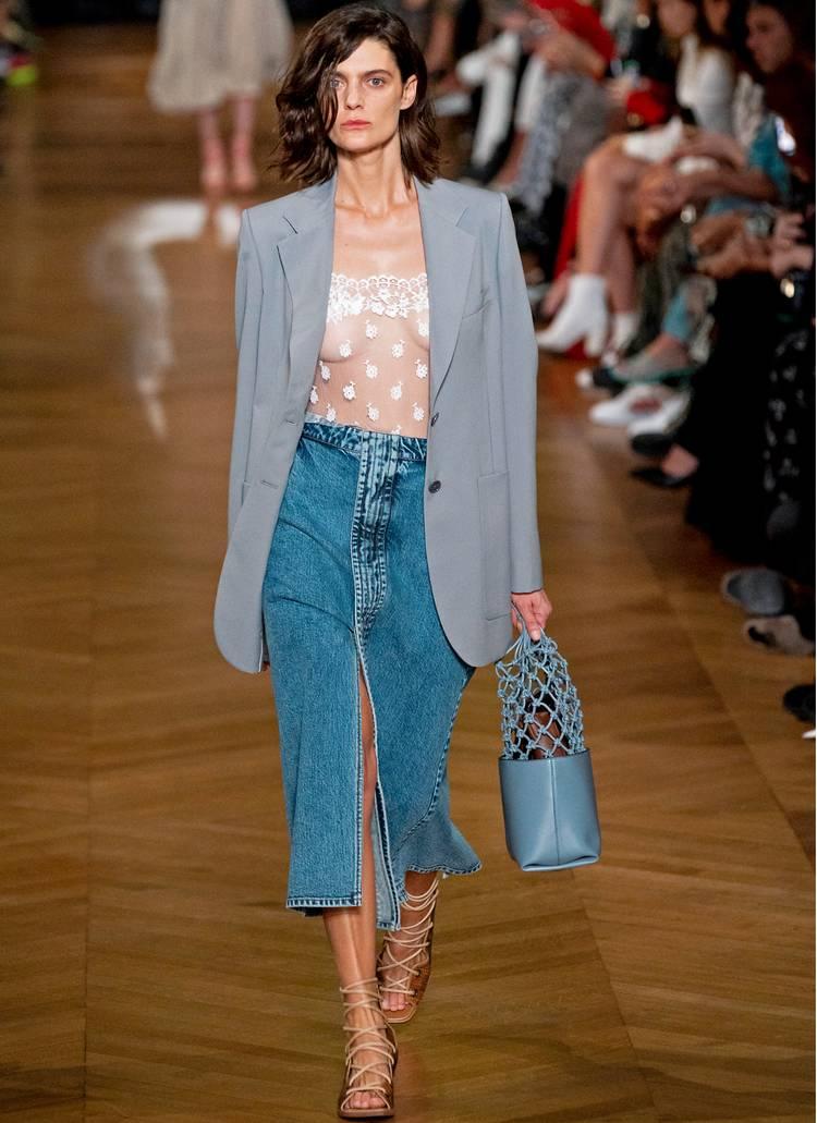 Девушка в джинсовой юбке миди, прозрачный топ и серый блейзер оверсайз