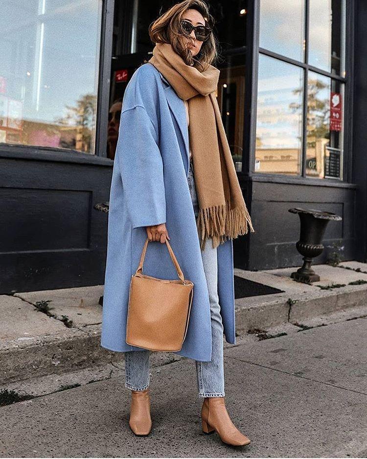 Девушка в голубом пальто, светлые джинсы и бежевые ботильоны