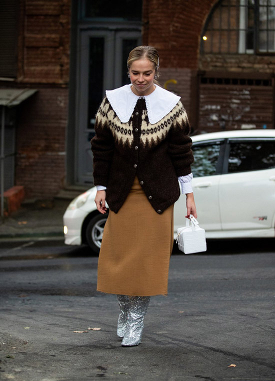 Девушка в коричневом кардигане, прямая юбка миди и серебристые сапоги