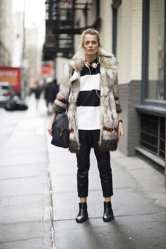 Девушка в кожаных штанах, черно-белый свитшот и ботинки