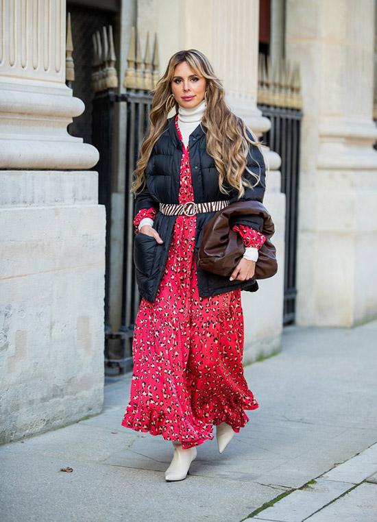 Девушка в красном платье маски, черный пуховик с ремнем и ботильоны