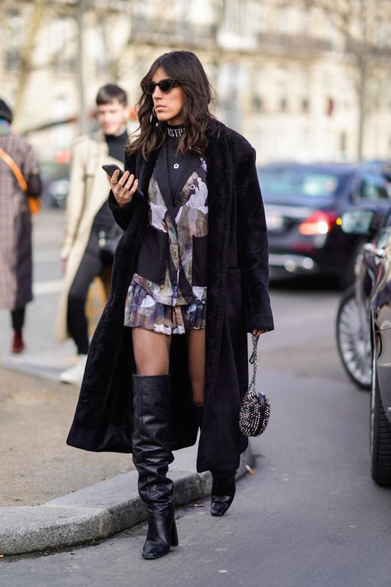 Девушка в мини платье, длинная плюшевая шуба и черные ботфорты гармошка