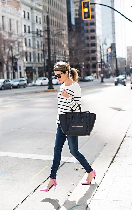 Девушка в синих облегающих джинсах, белый пуловер в полоску и розовые туфли