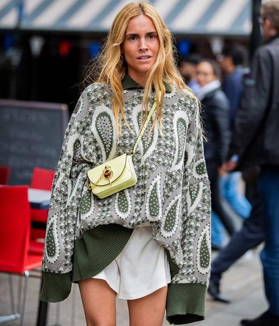 Девушка в зеленом свитере оверсайз и мини сумочка