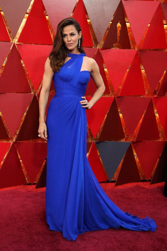 Дженнифер Гарнер в легком синем платье до пола с открытыми рукавами и плечами