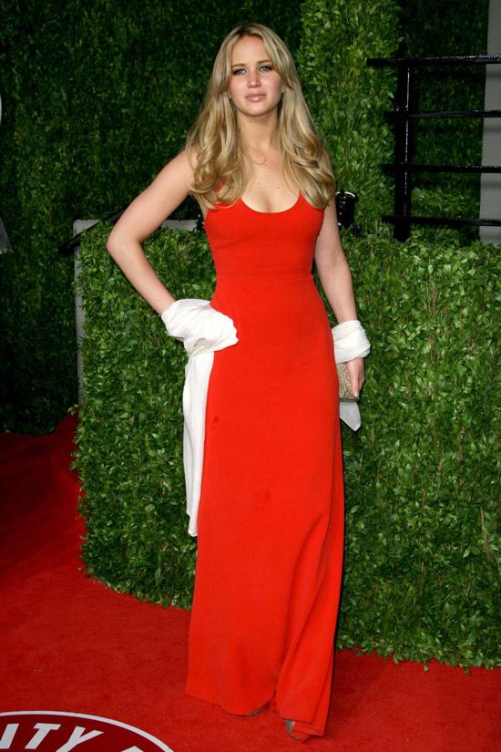 Дженнифер Лоуренс в простом красном платье до пола