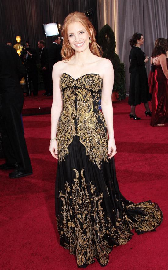 Джессика Честейн в черном платье с длинным подолом расшитое золотыми узорами