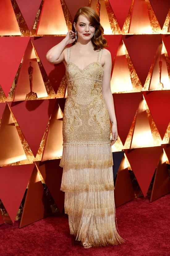 Емма Стоун в золотом вечернем платье на бретельках с бахромой на юбке