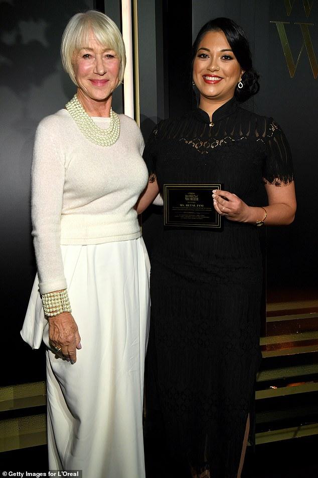 Хелен Миррен в белом джемпере и длинной юбке